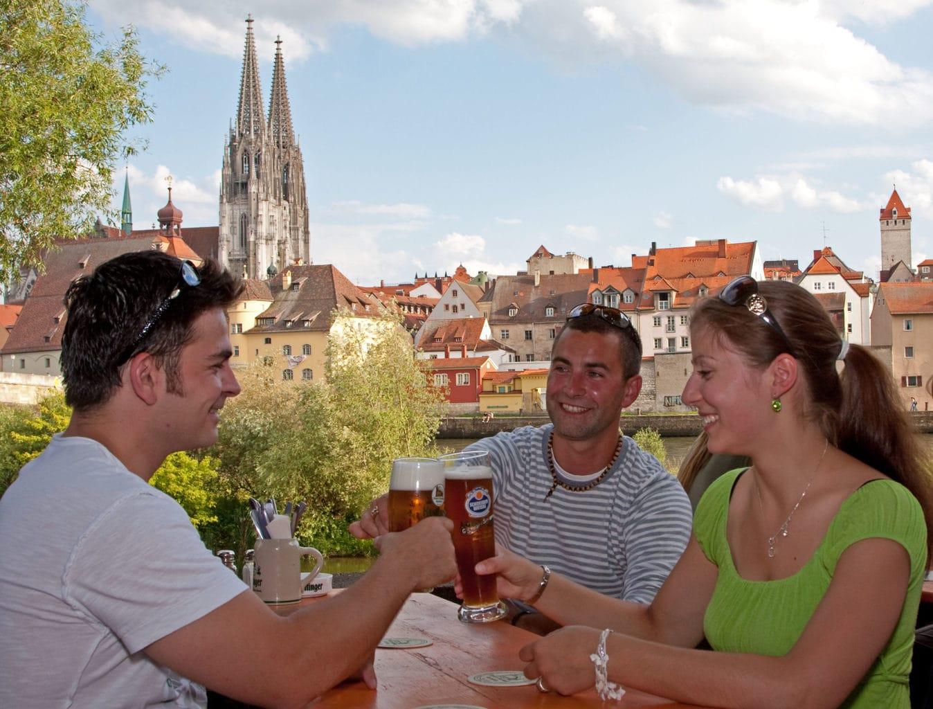 Mensen nuttigen lekker een biertje in de Biergarten Alte Linde in Regensburg