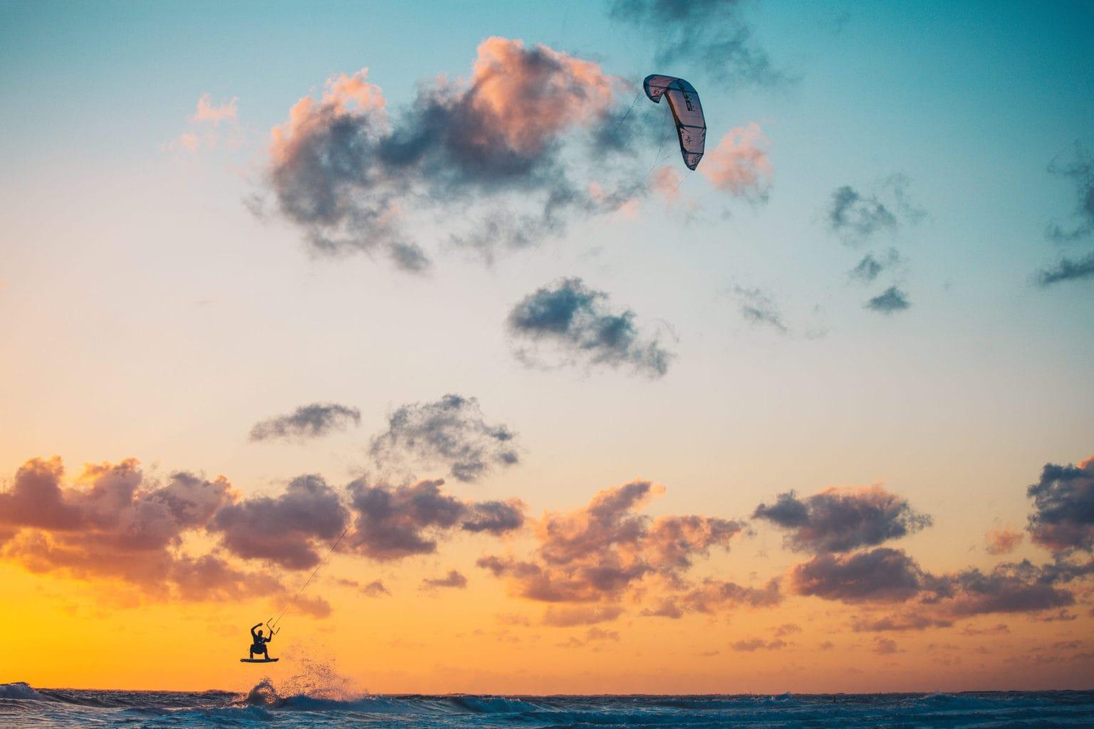 Kitesurfer in de Noordzee op het Duits waddeneiland