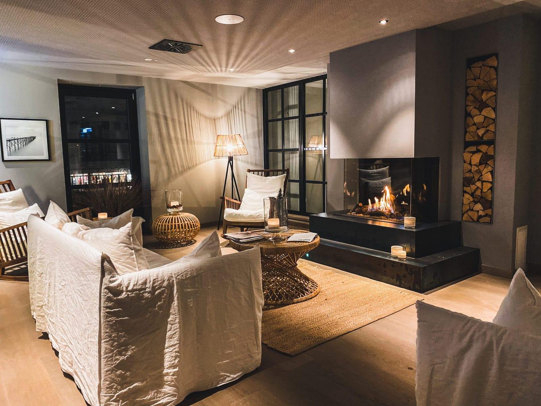 Hotel-Ligthouse-Büsum-lobby-met-open-haard