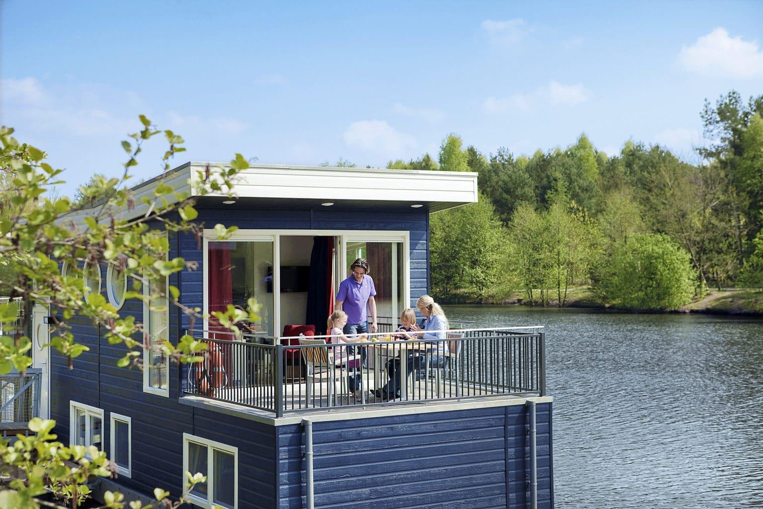 Drijvend huisboot in Center Parks Bispinger Heide met familie op het terras