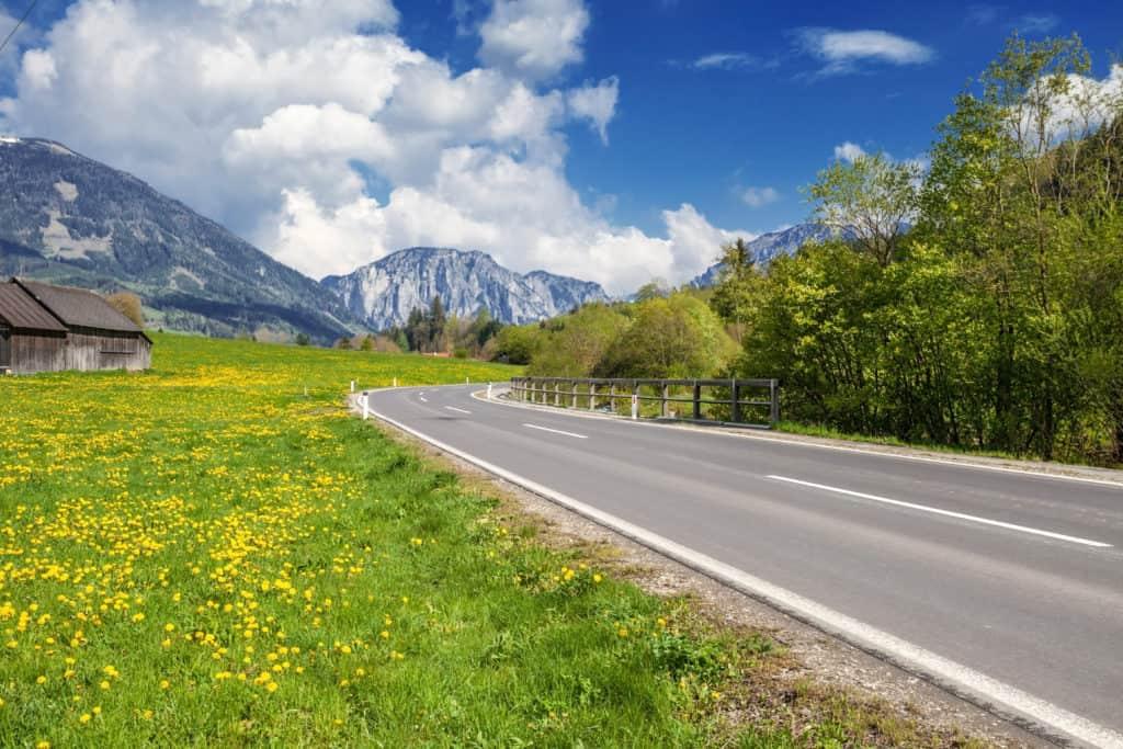 Duitse Alpenstraat met bergen op de achtergrond