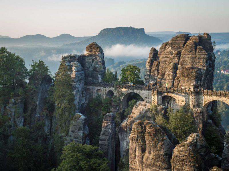 Het Elbsandsteingebergte in Saksen met brug en rotsen in het Nationaalpark Sächsische Schweiz