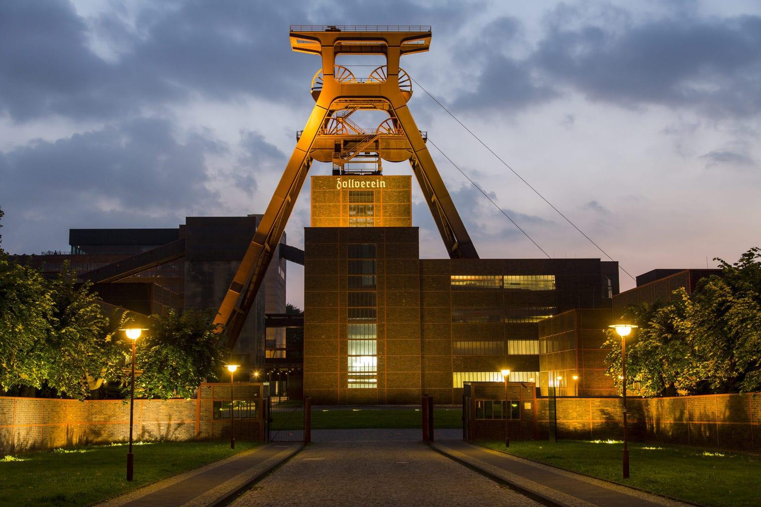 Werelderfgoed-Zeche-Zollverein-in-Essen-schachttoren-in-het-avondlicht