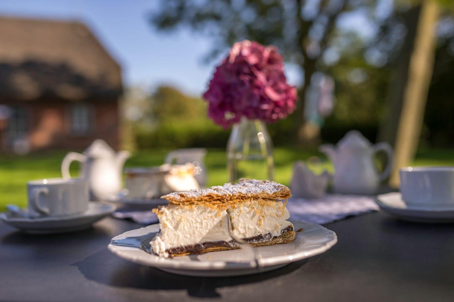 Een stuk Friessche taart op een bord