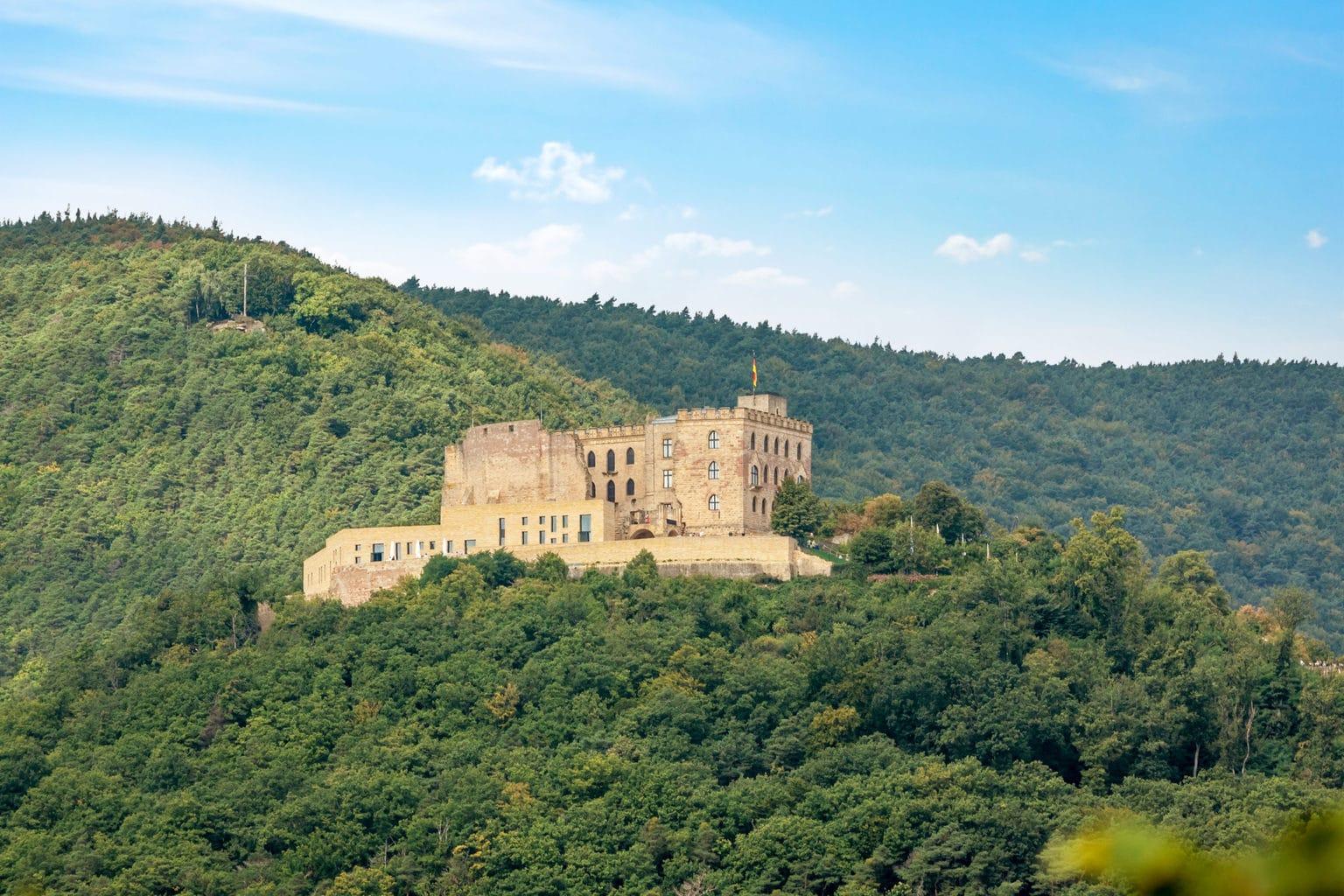 Afhankelijk van je standpunt is het Hambacher Schloss door bossen omgeven