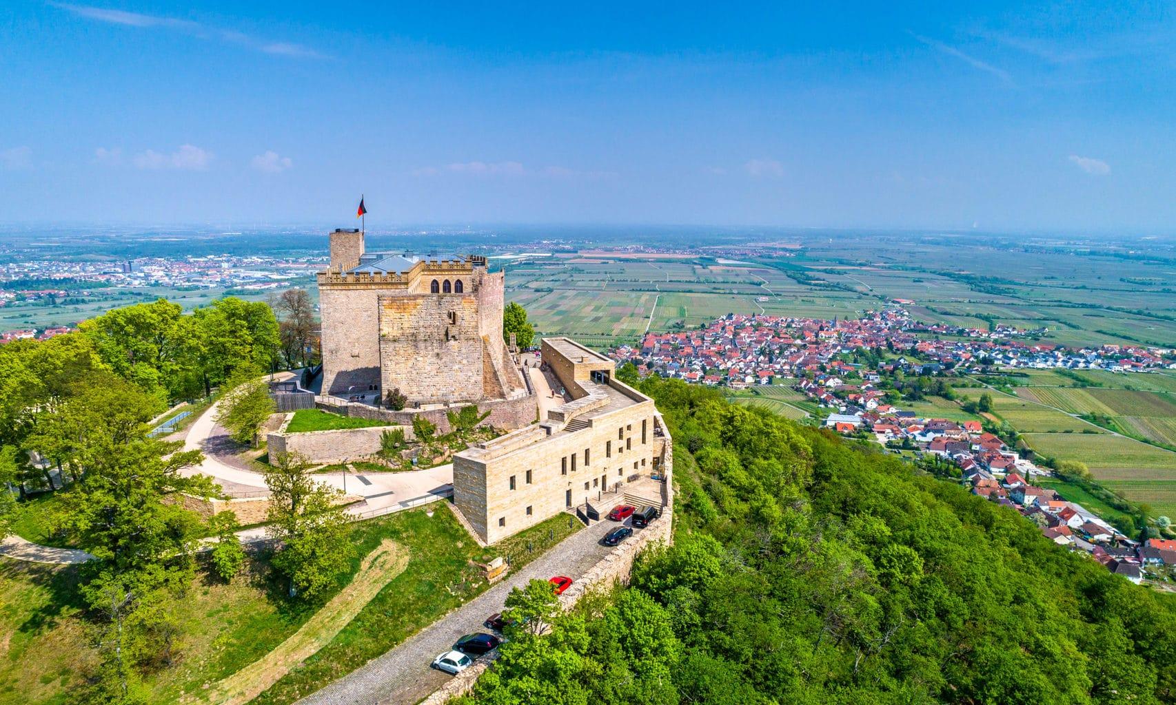 Het kasteel Hambacher Schlosss vanuit de lucht bekeken
