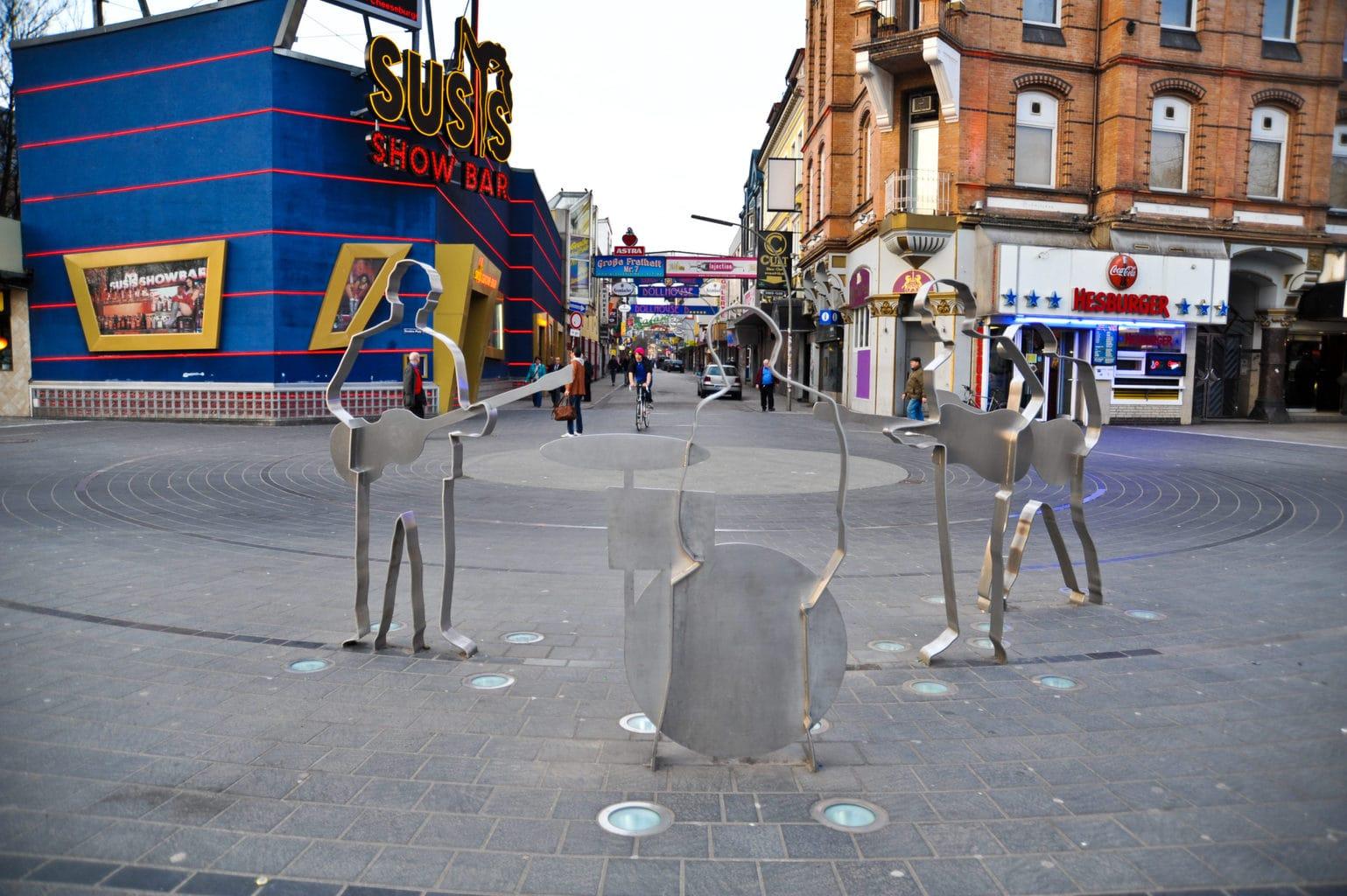 Standbeelden van de Beatles of terwijl de Fab Four op de Reeperbahn in Hamburg
