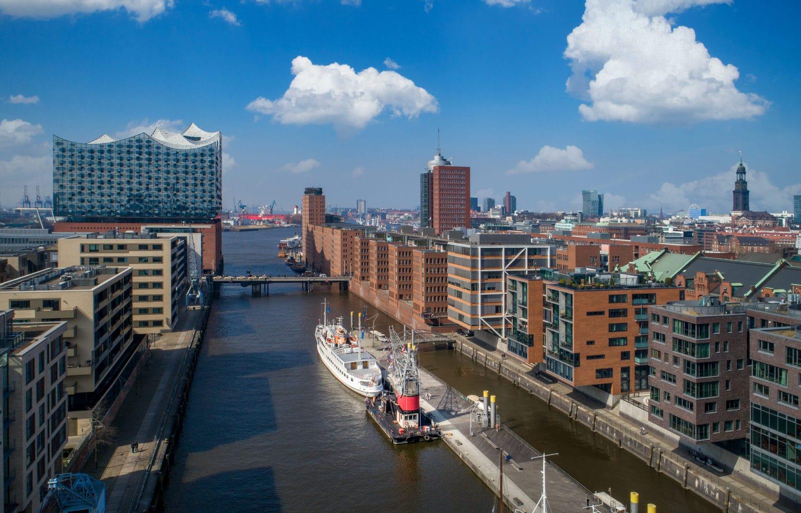 Uitzicht van boven op Hafenkran Hamburg met haven en Elbphilharmonie