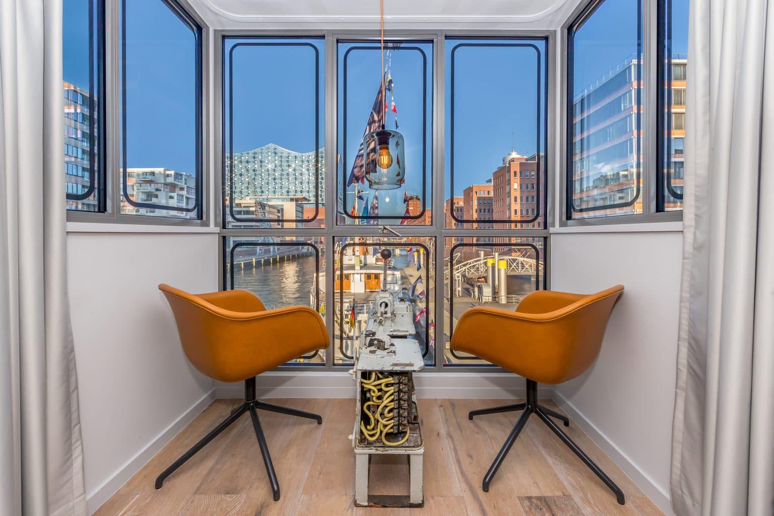 Kraanbestuurdershuisje in Hotel de Havenkraan in de Haven van Hamburg met uitzicht op de Elbphilharmonie