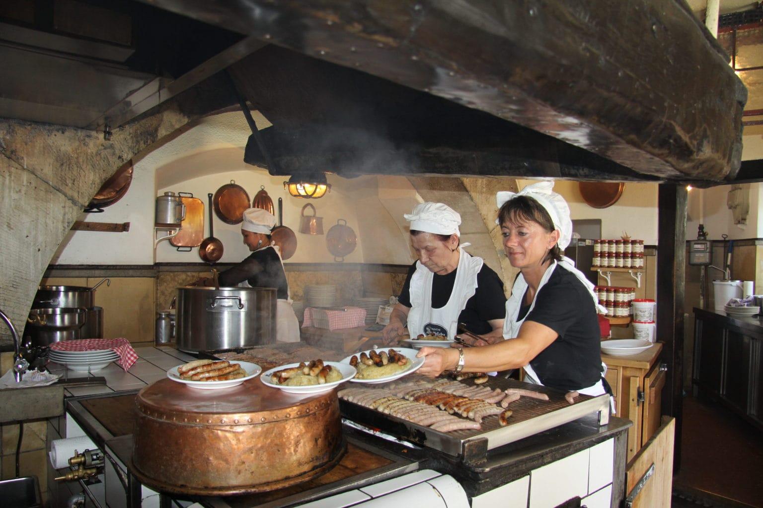 In Regensburg staat de oudste worstjestent van de wereld, het historische Wurstkuchl