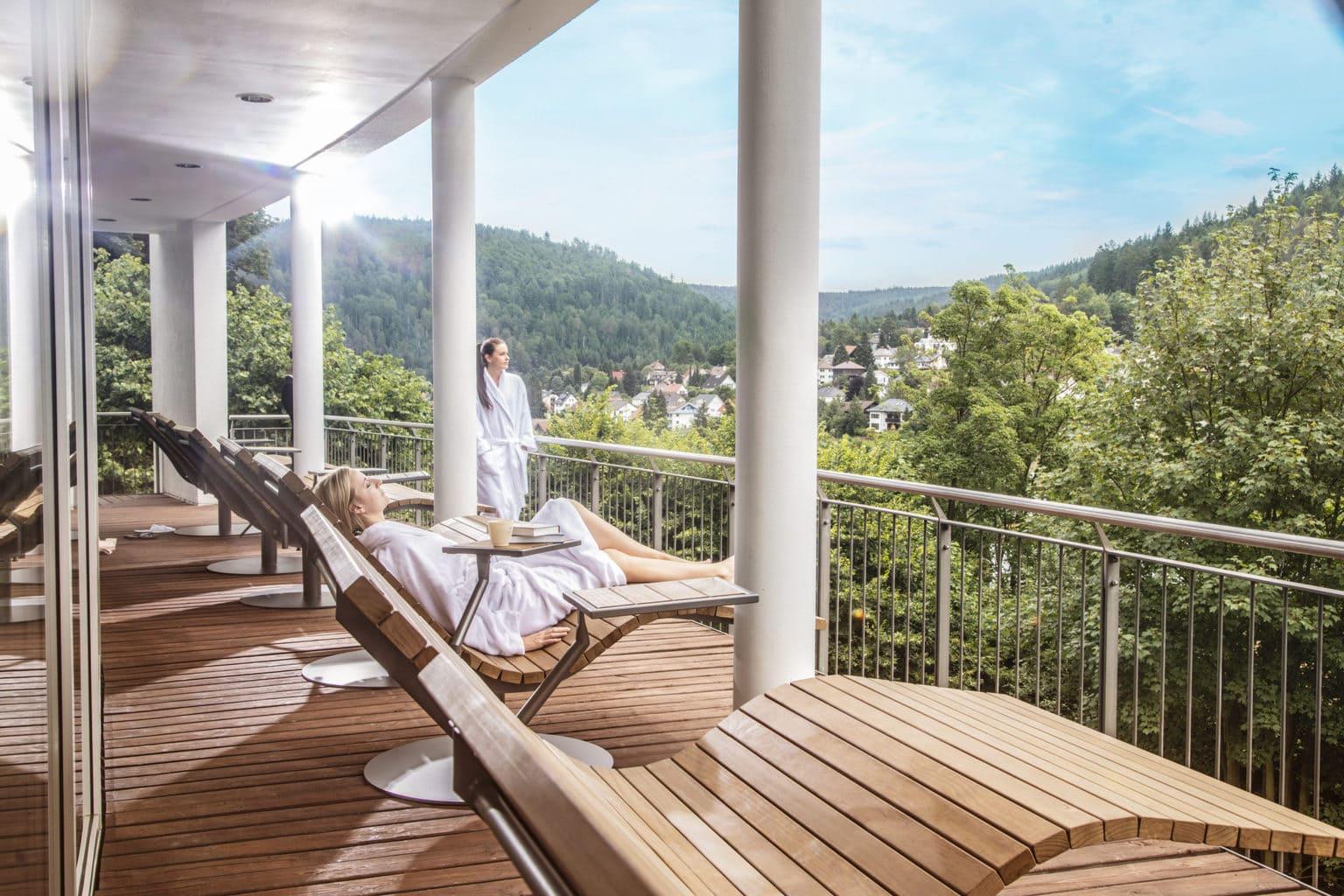 Het balkon met ligstoelen van Hotel Schwarzwald Panorama in Bad Herrenalb