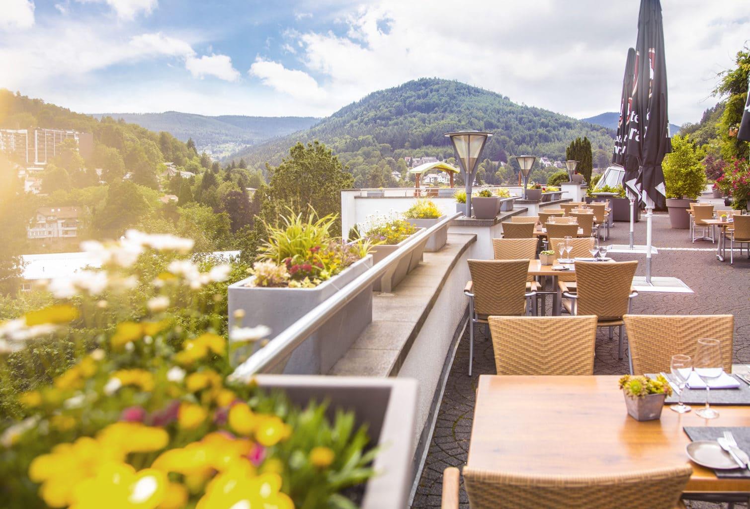 Op het balkon van Hotel Schwarzwald Panorama in Bad Herrenalb kun je smullen en in de verte kijken