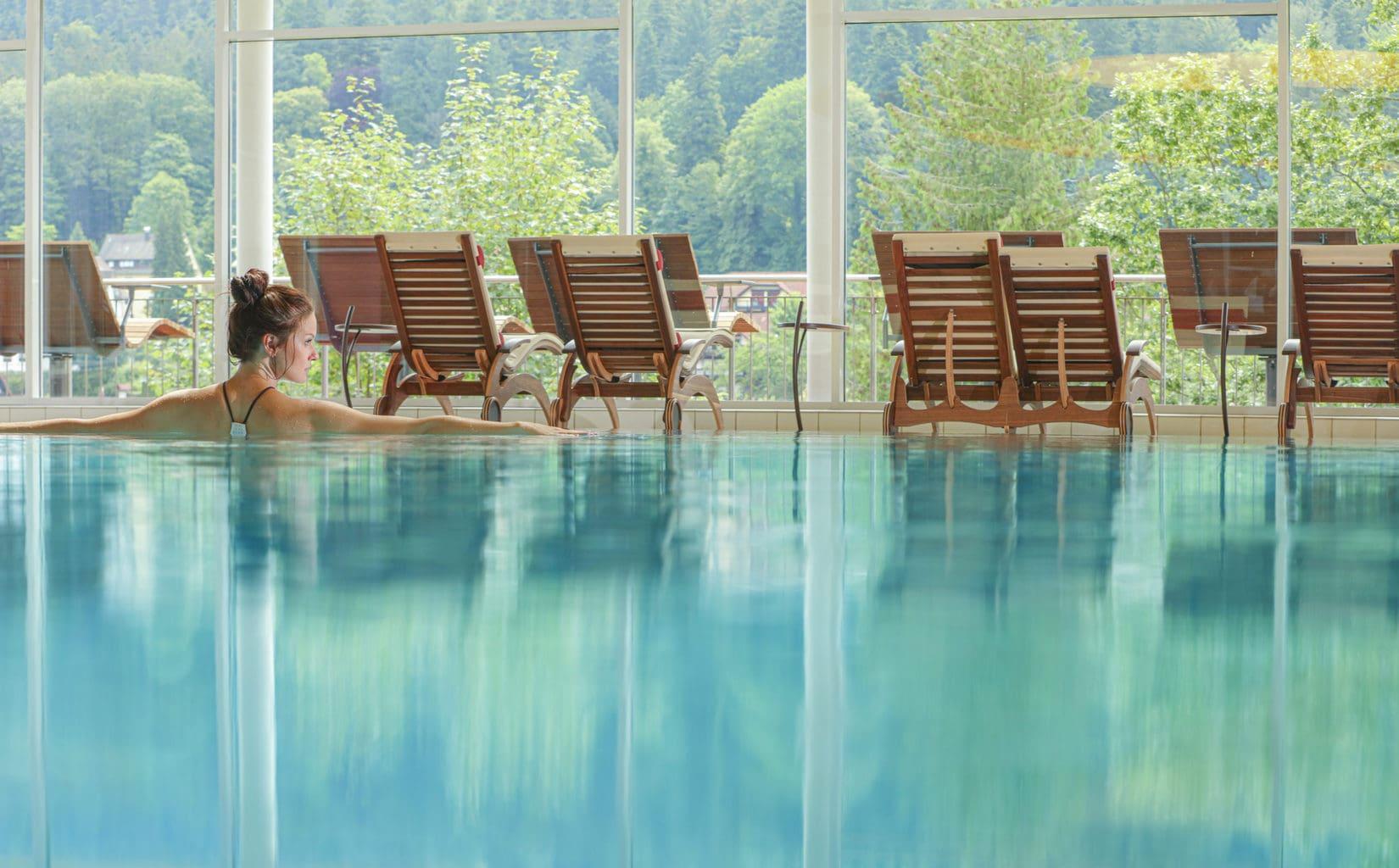 Het luxe zwembad met uitzicht van Hotel Schwarzwald Panorama in Bad Herrenalb.