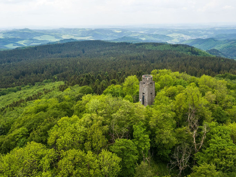 De Kaiser-Wilhelm-Toren op de berg Hohe Acht in de Eifel