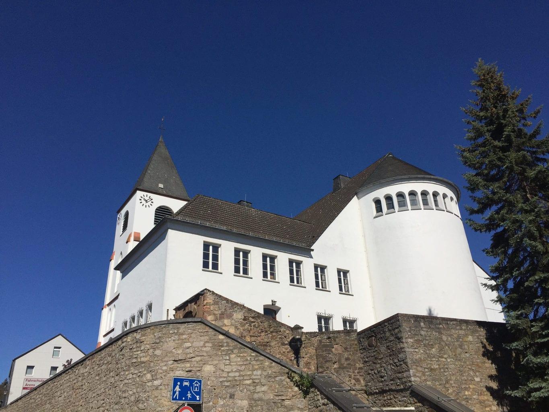 De witte kerk van het plaatse Kall in de Eifel