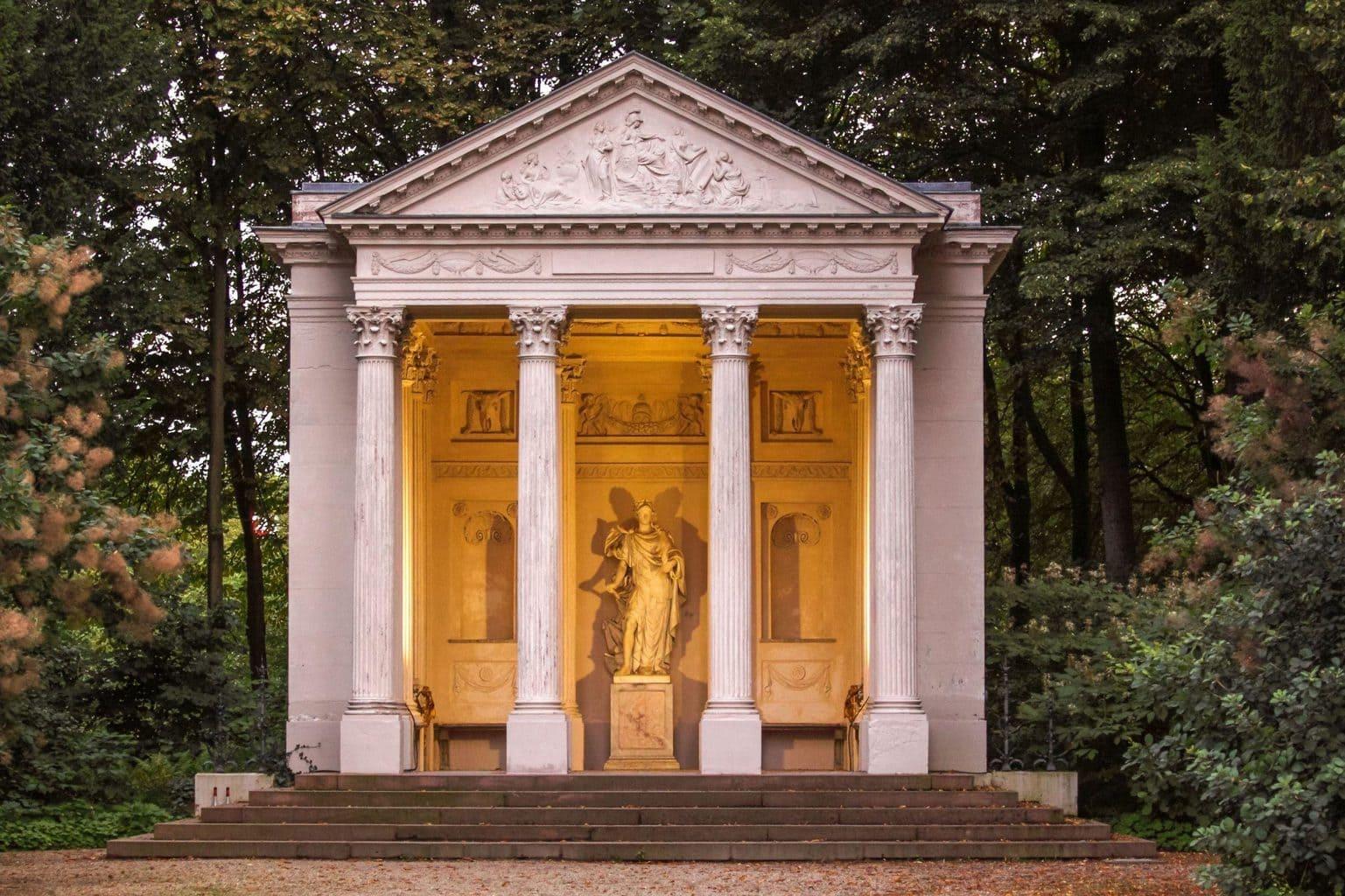 Minerva tempel met standbeeld in kasteeltuin Schwetzingen