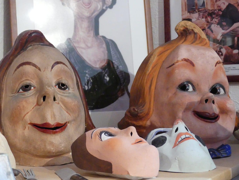 Maskers in een tentoonstelling in Manebach in het Thüringer woud
