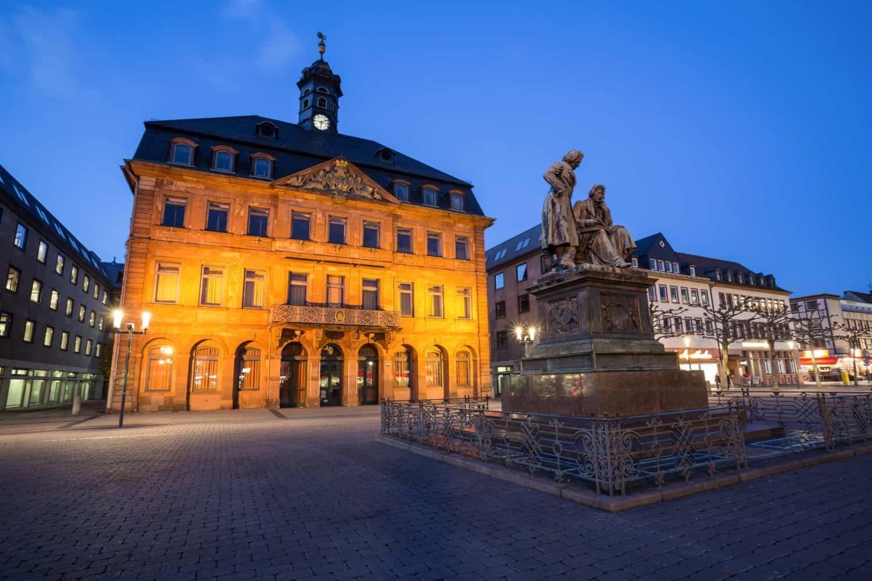 Het monument voor de gebroeders Grimm in Hanaus an de romantische route in Duitsland