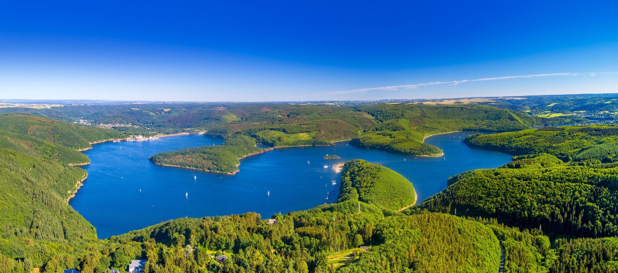 Het stuwmeer Rursee in het nationaalpark Eifel in Nordrhein-Westfalen