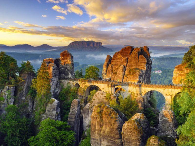 Het betoverende landschap in het Nationalpark Sächsische Schweiz met een brug, mist en rotsen