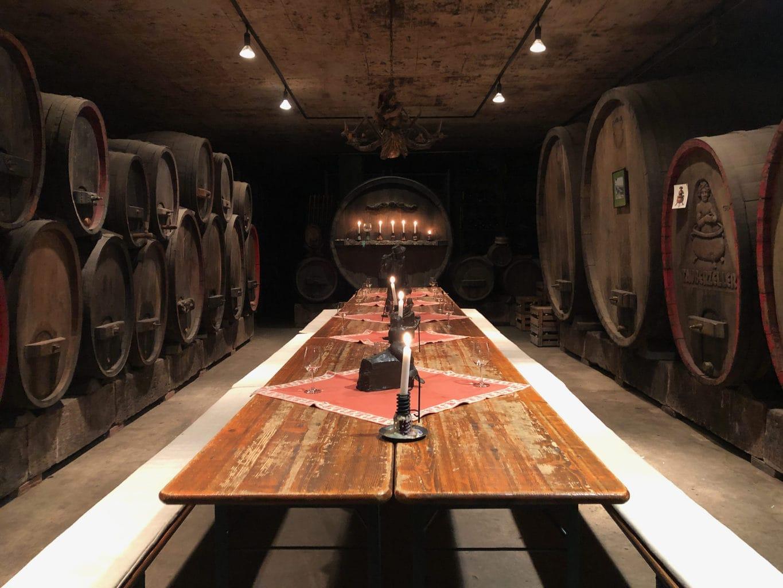 De wijnkelder van Familie Thuerauf in Rothenburg ob der Tauber met vaten en kaarsen