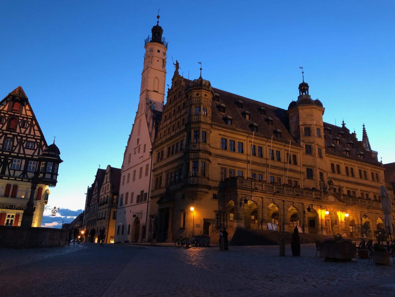 In de avondschemering is het gezellig op het marktplein van Rothenburg ob der Tauber