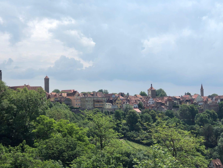 Stadsgezicht van Rothenburg ob der Tauber vanuit de Burggarten met torentjes en stadsmuur