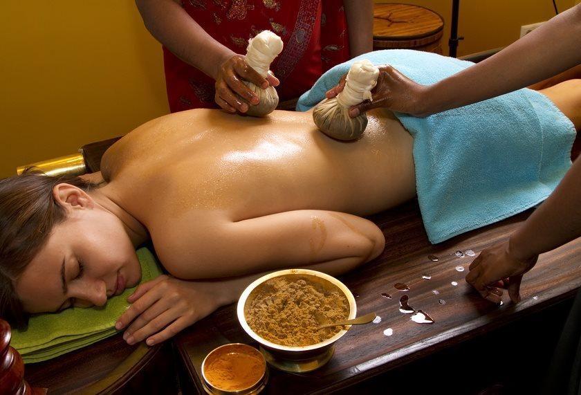 Een vrouw geniet van een massage in Hotel Kanzler in Bonn