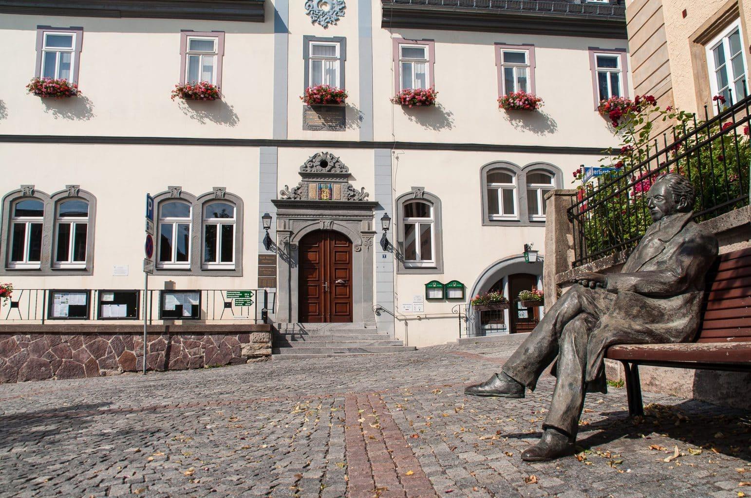 Standbeeld van Goethe op een bankje zittend in Ilmenau in Thüringen