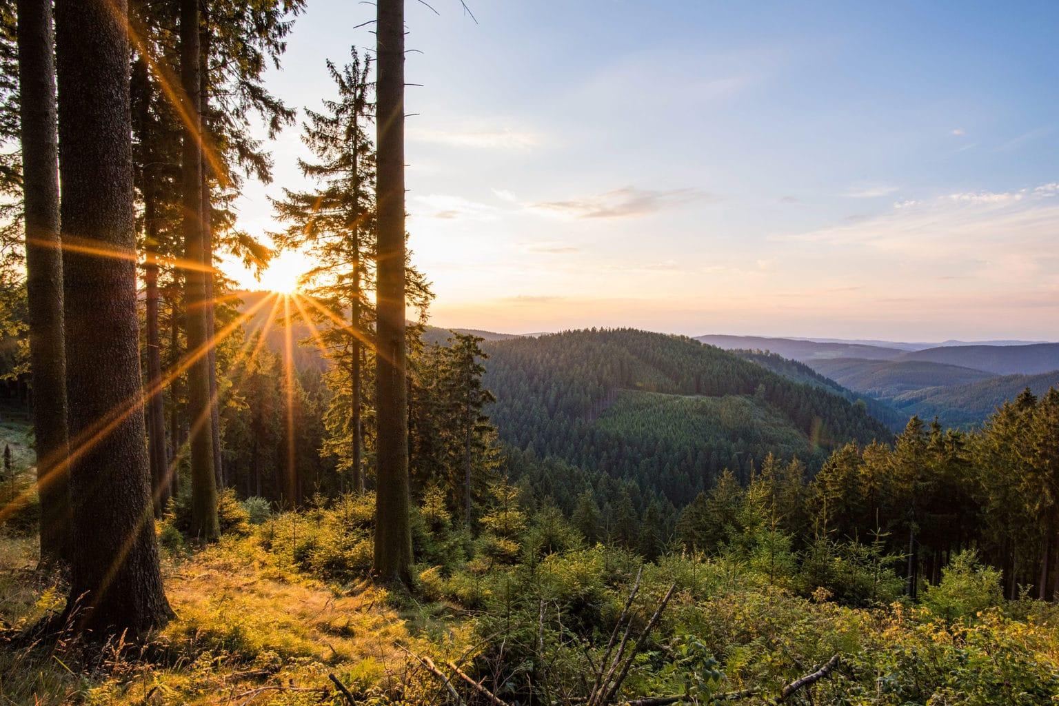 Schitterend uitzicht op het Rothaargebergte in he Duitse Sauerland met zonsondergang
