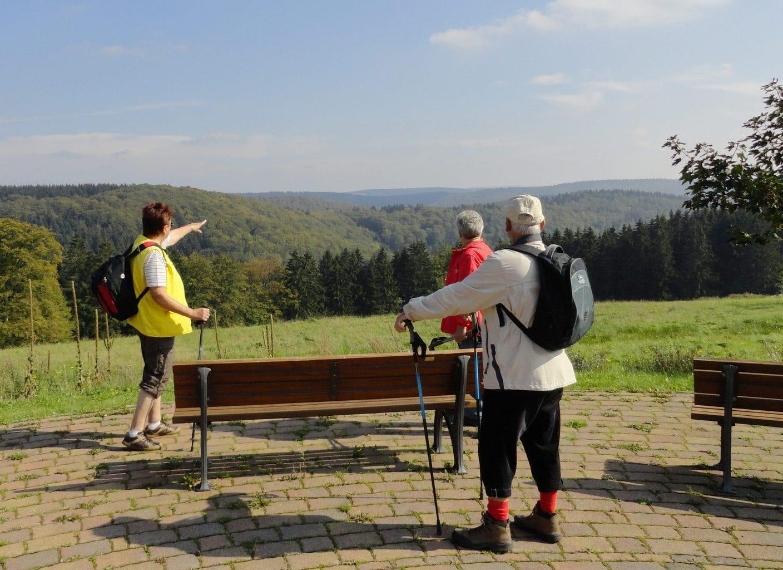 Wandelaars in het Tränkbachtal bei Ilmenau in Thüringen