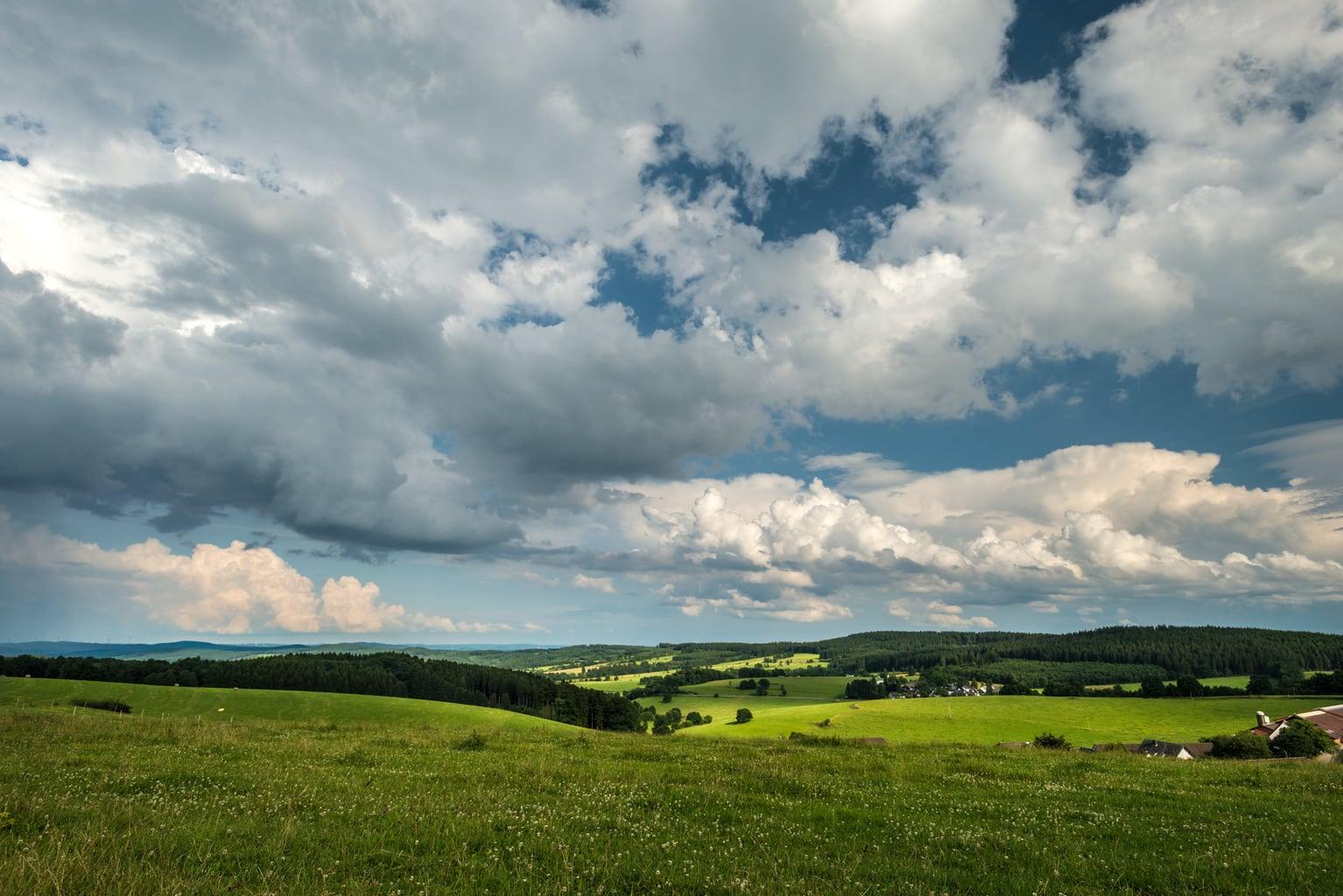 Het Bergische Land met heuvelachtig landschap