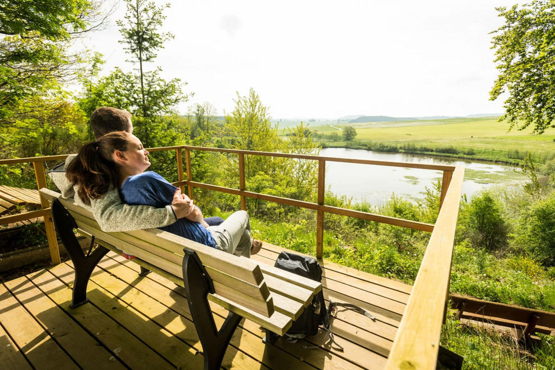 Verliefde wandelaars op het Eichholzpad bei Steffeln in de Eifel