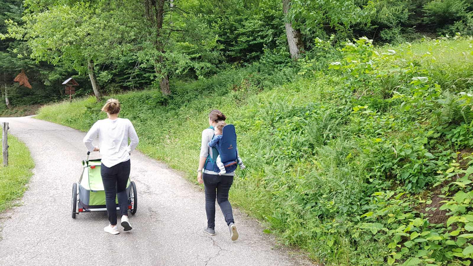 Wandelen met een kinderwagen op een pad bij natuurtuin Kasierstuhl