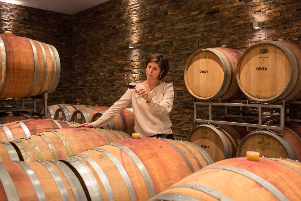 Een vrouw drinkt een van de geweldige wijnen van de Ahr in een wijnkelder