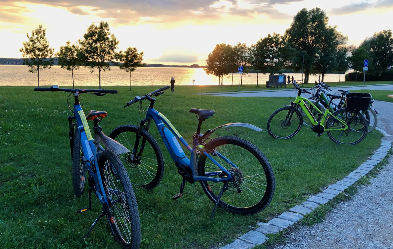 E-Bikes en andere fietsen tijdens het zonsondergang aan der Altmuehlsee bij Gunzenhausen in Beieren