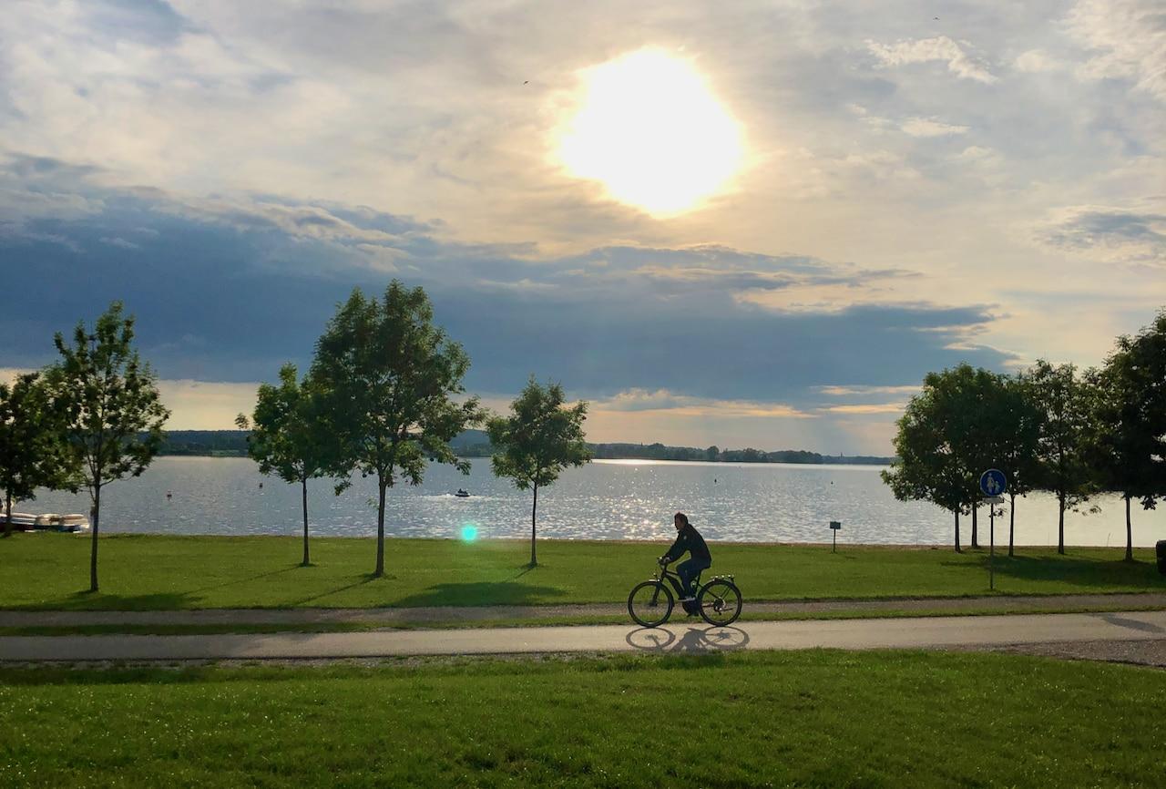 Een fietser tijdens de avonuren op de Frankische Waterfietsroute aan de oevers van de Altmuehlsee
