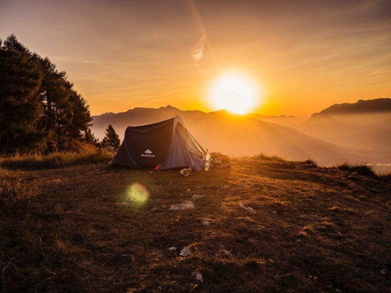 Een tent tijdens de zonsondergang ergens in de Duitse bergen