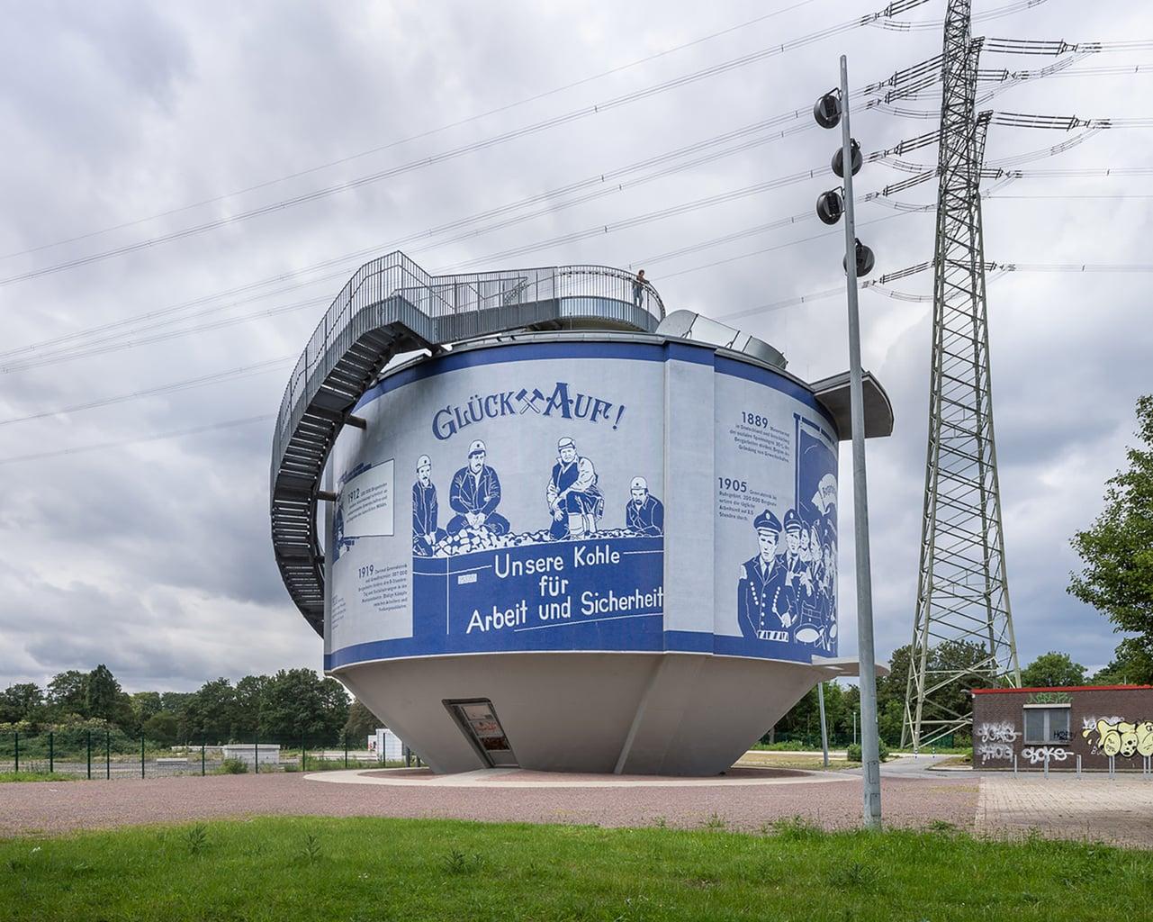 De Emscherkunstweg in het Ruhgebiet bij de stad Herne met een installatie van Silke Wagner en de woorden Glückauf