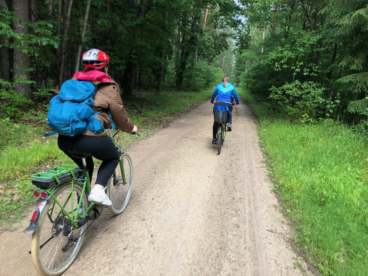 Twee vrouwelijke fietsers op een bospad dat tot deel uitmaakt van de Frankische Waterfietsroute