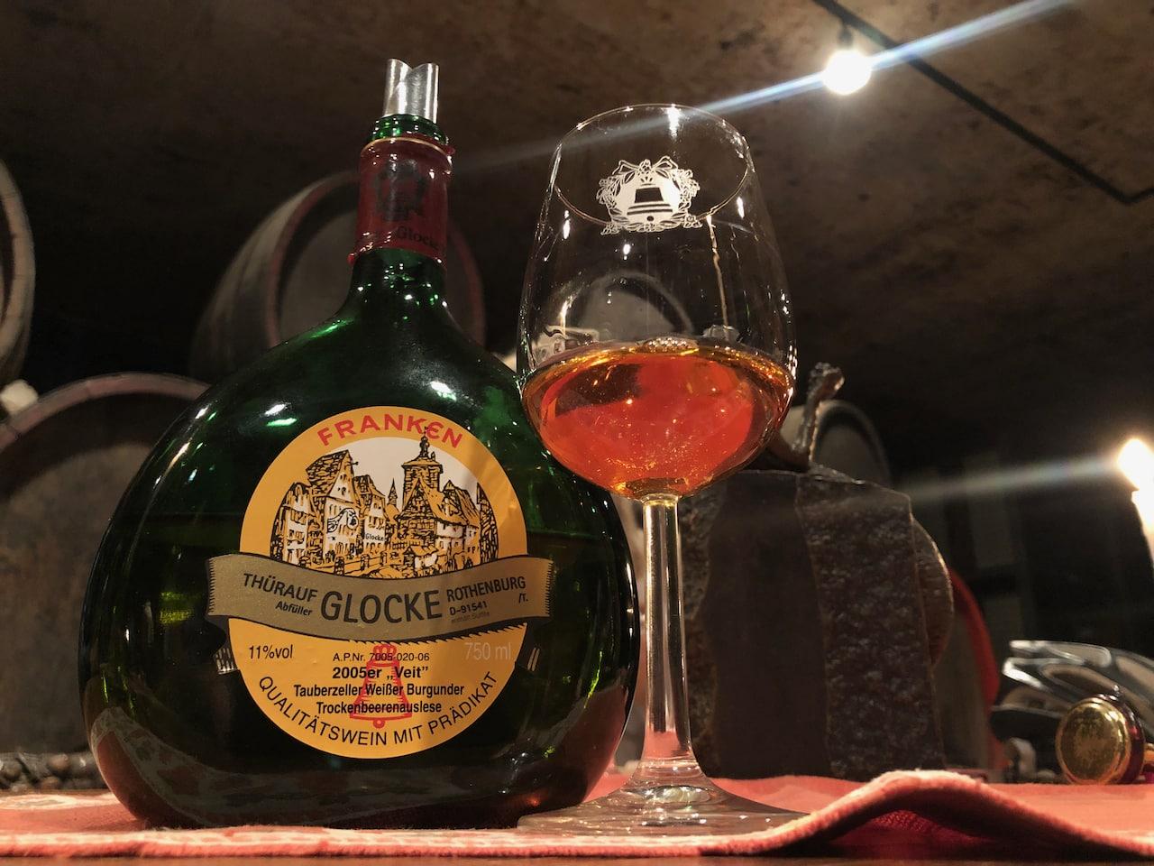 Een typisch Frankische bocksbeutel met wijn