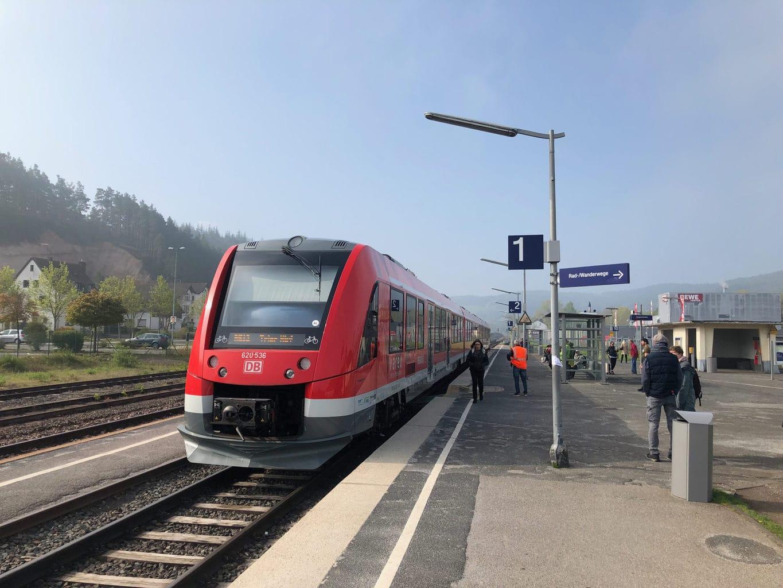 Boven het station van Kall in de Eifel hangt in de vroege ochtend nog de mist
