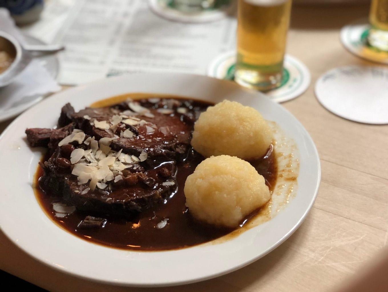 Rheinischer Dauerbraten is een delicatesse in Keulen - hier te zien in Brouwerij Max Stark