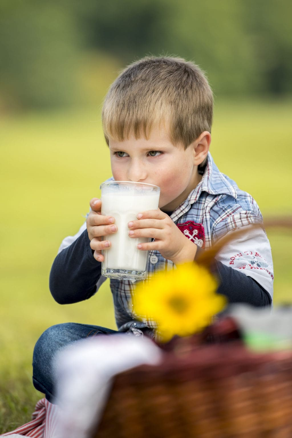 Een klein jochie begint melk nieuw te ontdekken met een glasje