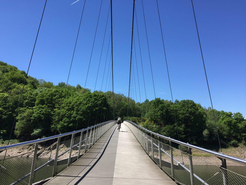 De futuristische Victor-Neels-Brug over de rivier Urft