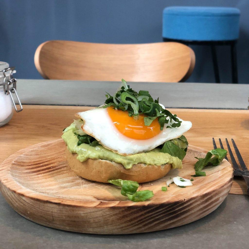 trek in een ontbijt met Michelin-ster? Probeer dan het sandwich met avocado en soiegelei in restaurant Neobiota in Keulen