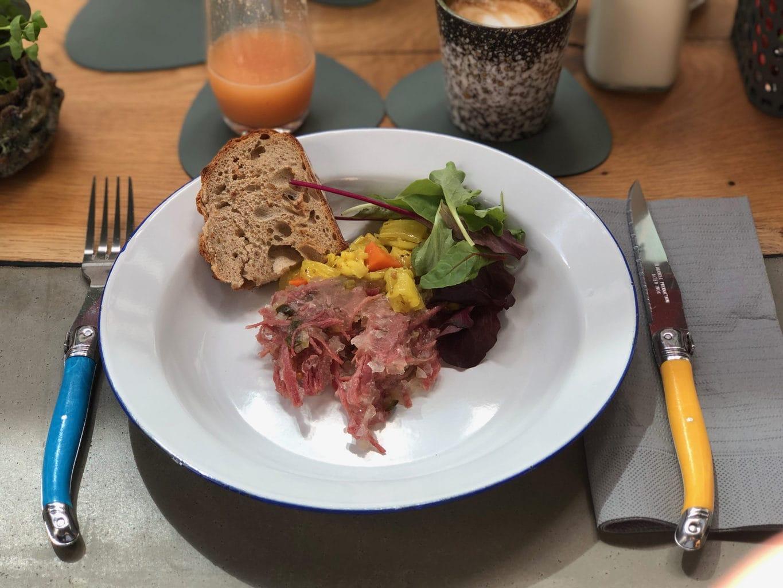 Corned Beef met Piccalilly doet aan Engeland denken in het restaurant Neobiota
