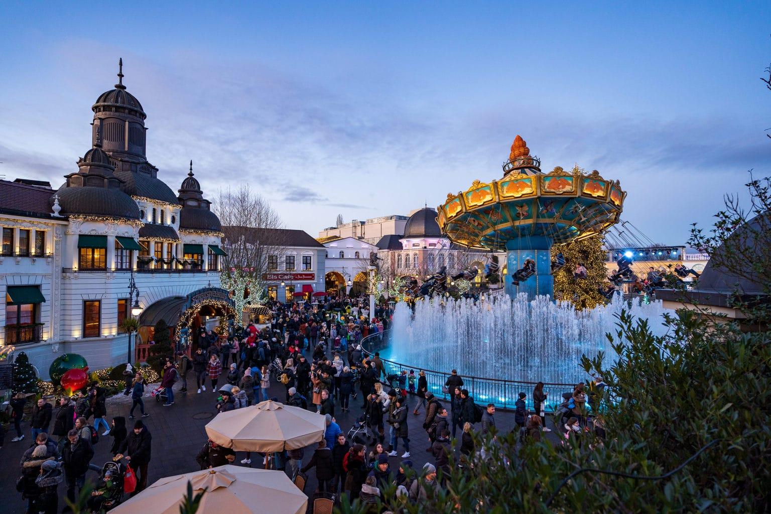 Een carrousel in het midden van een fontain in Phantasialand pretpark in Bruehl