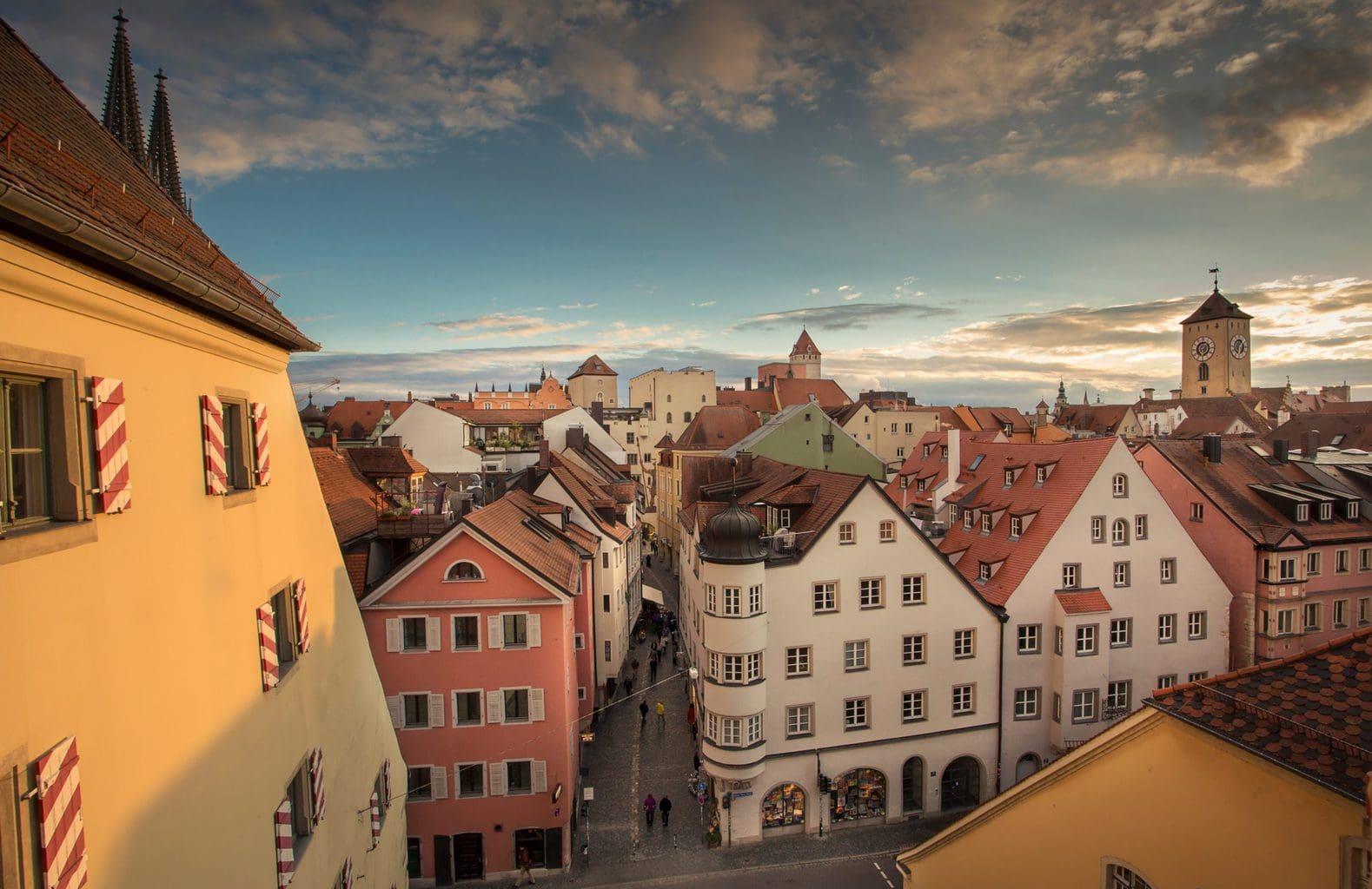Uitzicht op de historische binnenstad waar je volop tradities in Regensburg kan vinden