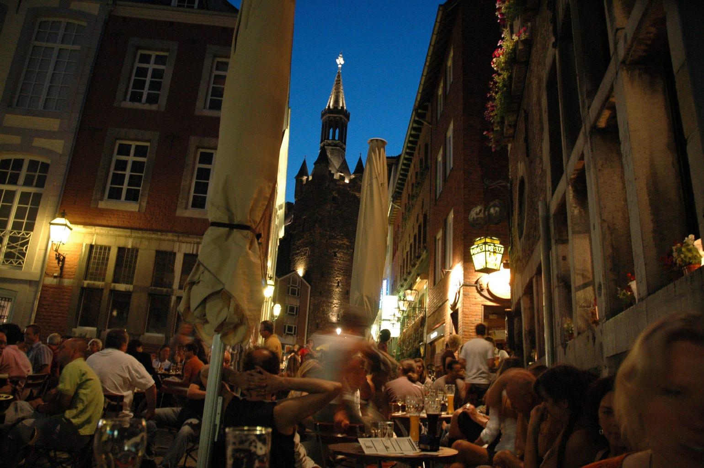 Kroegen met veel publiek in de Pontstraße in Aken